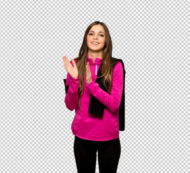 Jeune femme sportive applaudissant après une présentation lors d'une conférence