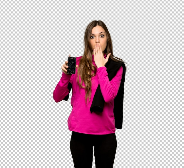 Jeune femme sportive avec smartphone tenant brisé