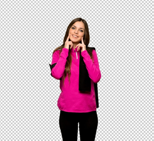 Jeune femme sportive souriante avec une expression heureuse et agréable