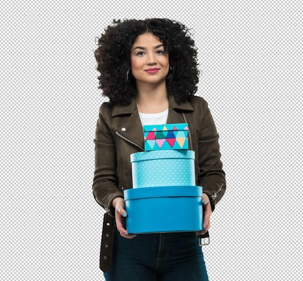 Jeune femme tenant des cadeaux