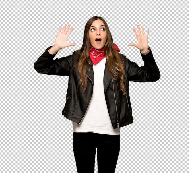 Jeune femme avec une veste en cuir comptant dix avec les doigts