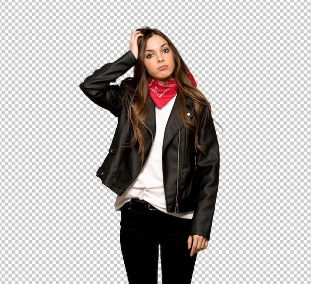 Jeune femme avec une veste en cuir avec une expression de frustration et de non compréhension