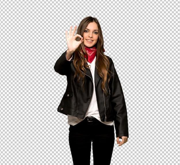 Jeune femme avec une veste en cuir montrant un signe ok avec les doigts