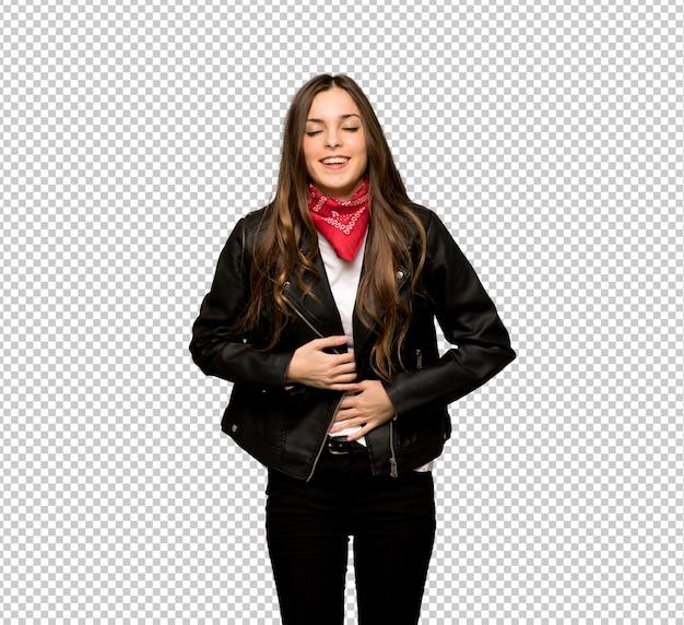 Jeune femme avec veste en cuir souriant beaucoup tout en mettant les mains sur la poitrine