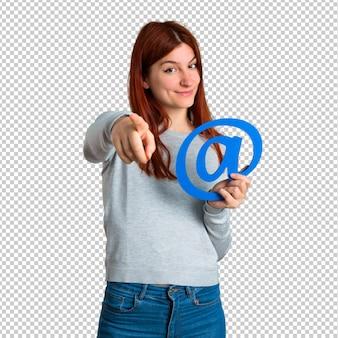 Jeune fille rousse tenant l'icône de point com