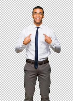 Jeune homme d'affaires américain afro avec une expression faciale surprise