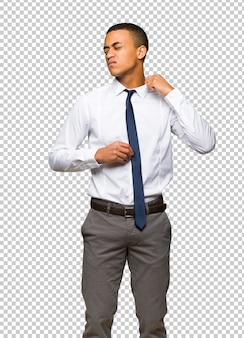 Jeune homme d'affaires américain afro avec expression fatiguée et malade