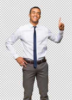 Jeune homme d'affaires américain afro montrant et en levant un doigt en signe du meilleur