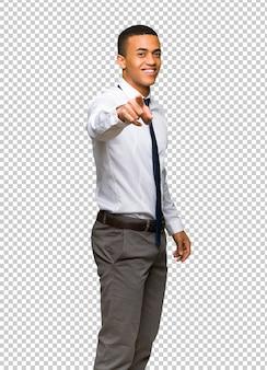 Jeune homme d'affaires américain afro pointe le doigt vers vous avec une expression confiante