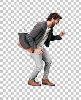 Jeune homme d'affaires barbu portant un blazer. position de sprint