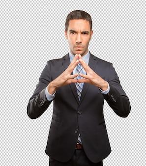 Jeune homme d'affaires faisant un geste de concentration