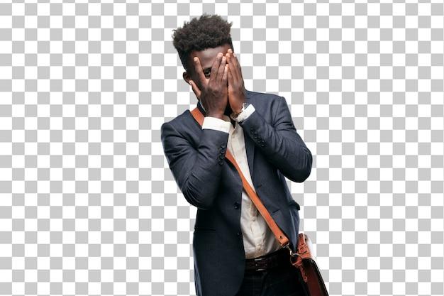 Jeune homme d'affaires noir avec une expression effrayée et effrayée