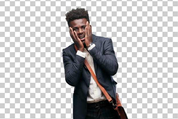 Jeune homme d'affaires noir avec une expression heureuse surprise