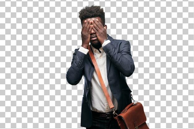 Jeune homme d'affaires noir avec une expression sérieuse, effrayée et effrayée