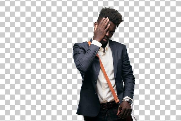 Jeune homme d'affaires noir réalisant avec bonheur de bonnes nouvelles surprenantes