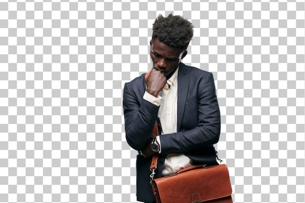 Jeune homme d'affaires noir avec un regard confus et réfléchi