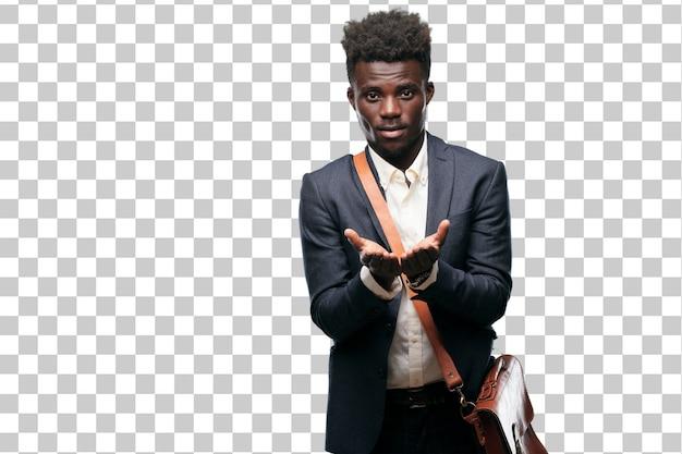 Jeune homme d'affaires noir souriant avec une expression satisfaite montrant un objet ou un concept