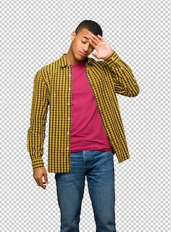 Jeune homme afro américain avec expression fatiguée et malade