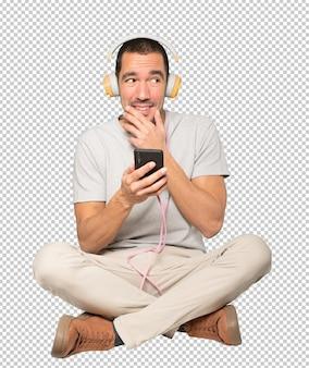 Jeune homme assis avec un geste étonné
