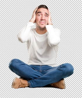 Jeune homme assis avec un geste fou