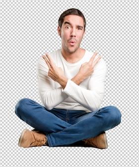 Jeune homme assis avec un geste gagnant