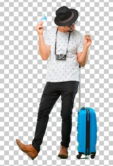 Jeune homme barbu voyageur cool avec un sac. concept de vacances