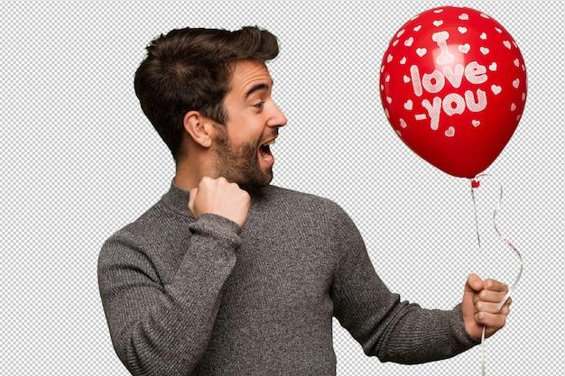Jeune homme célébrant la saint valentin