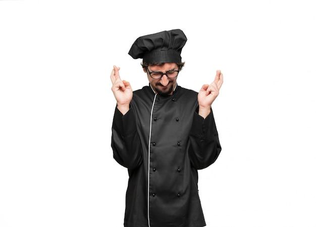 Jeune homme chef faisant une promesse ou un serment sincère et honorable, jurant solennellement d'une main