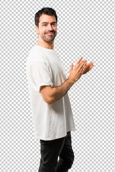 Jeune homme avec une chemise blanche applaudissant après la présentation à une conférence