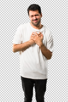 Jeune homme avec une chemise blanche ayant une douleur au coeur. attaque cardiaque