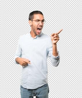 Jeune homme en colère essayant de dire quelque chose de fort