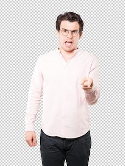 Jeune homme en colère posant