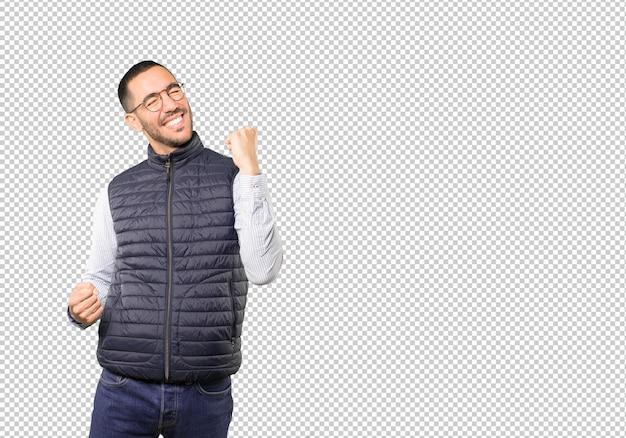 Jeune homme compétitif faisant un geste de célébration