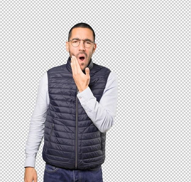 Jeune homme concerné avec un geste de mal de dents