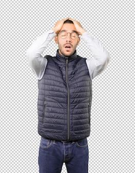Jeune homme concerné avec un geste de stress