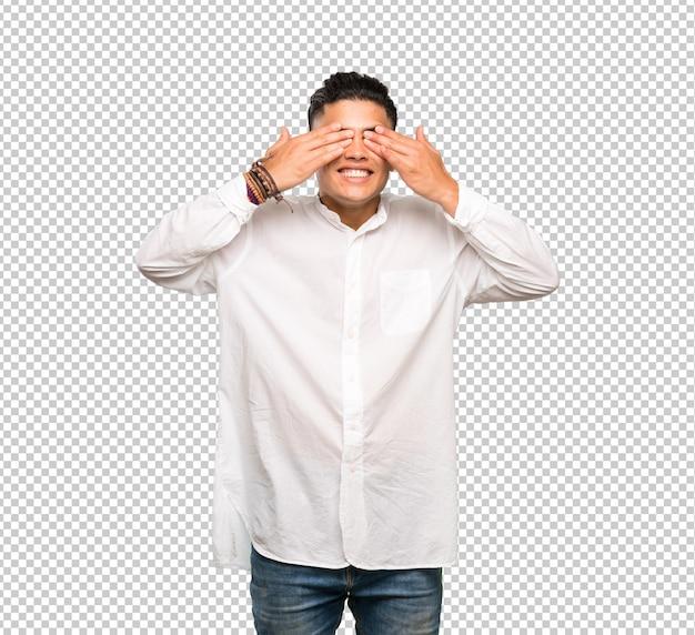 Jeune homme couvrant les yeux à la main