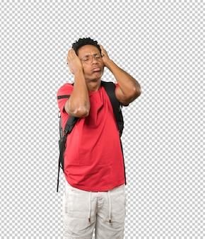 Jeune homme déprimé posant