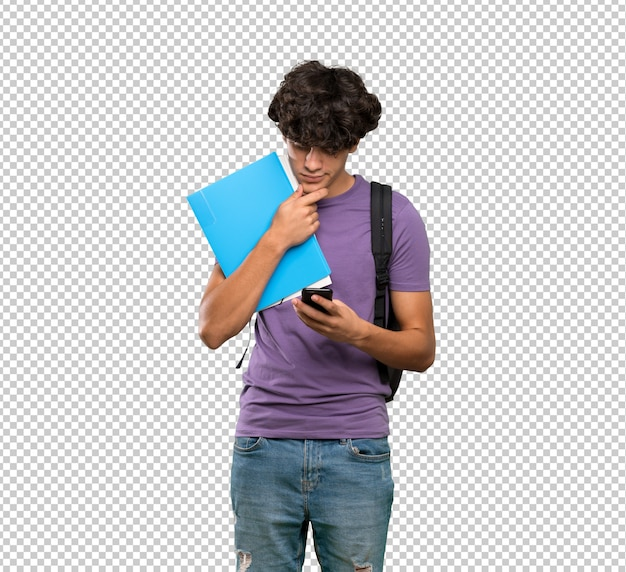 Jeune homme étudiant réfléchissant et envoyant un message