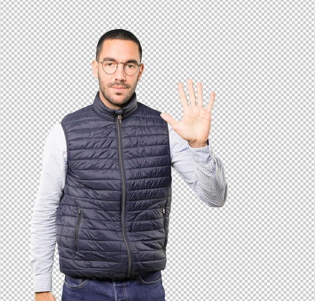Jeune homme faisant un geste numéro cinq