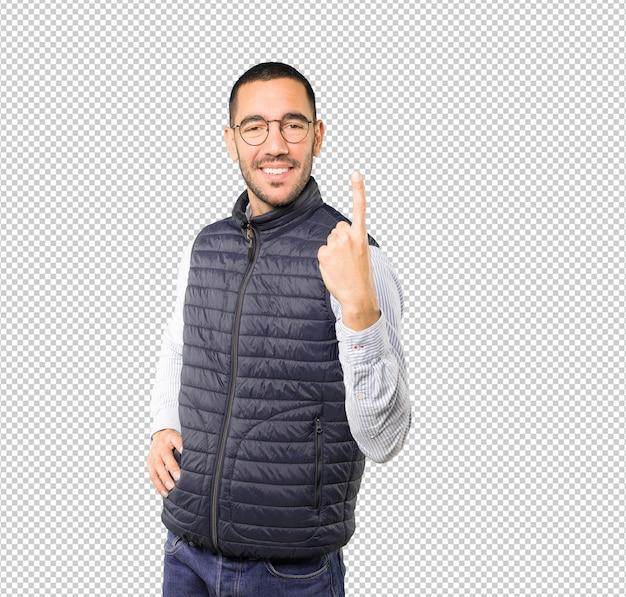 Jeune homme faisant un geste numéro un