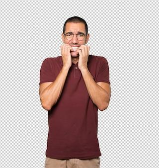 Jeune homme fou faisant un geste nerveux