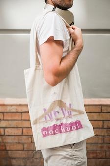 Jeune homme avec une maquette de sac