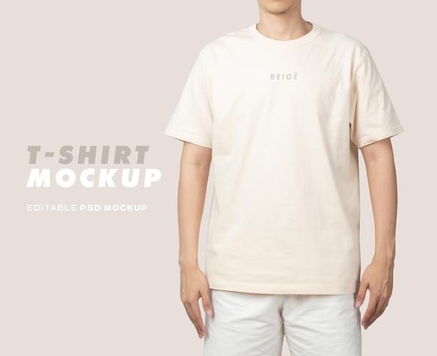 Jeune homme en maquette de t-shirt beige psd, modèle pour votre conception.