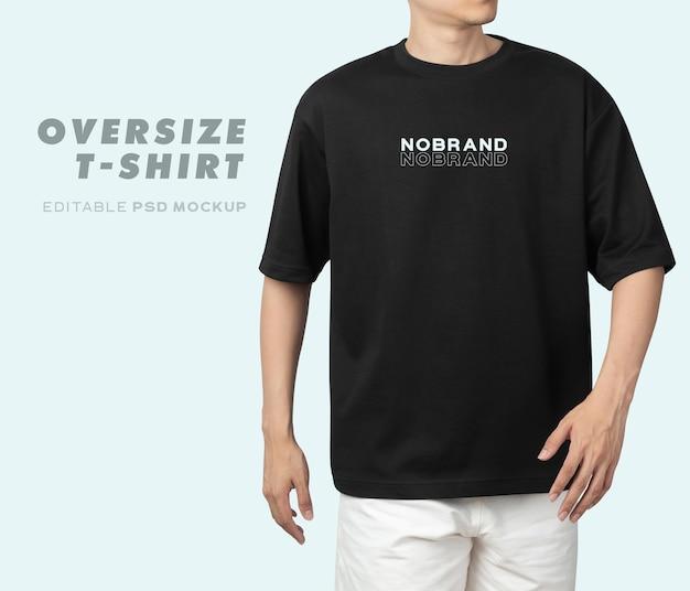Jeune homme en maquette de t-shirt surdimensionné psd, modèle pour votre conception.
