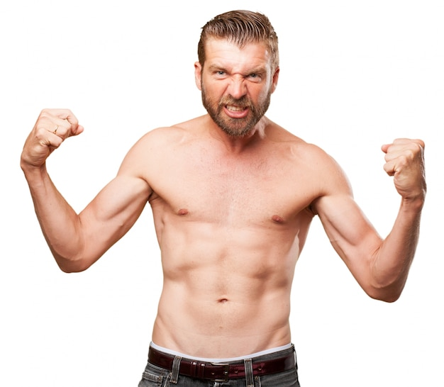 Jeune homme montrant ses muscles