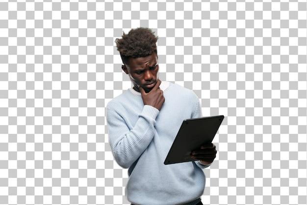 Jeune homme noir à l'aide d'une tablette intelligente