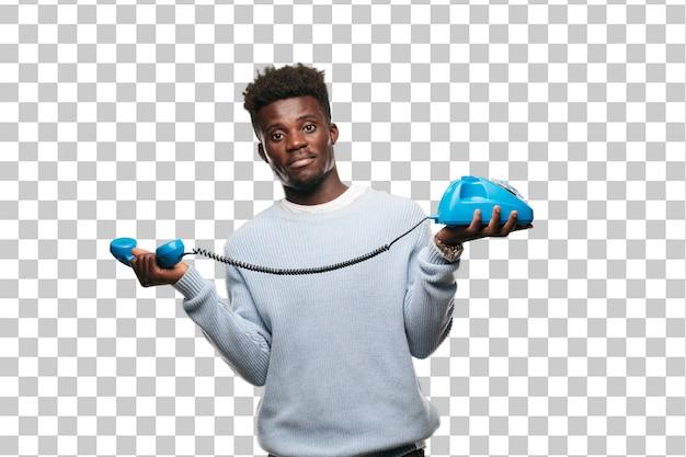 Jeune homme noir parlant avec un telehpone vintage