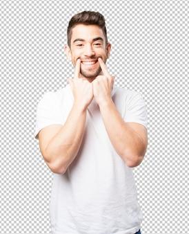 Jeune homme pointant sa bouche