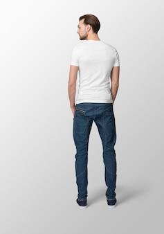Jeune homme en t-shirt blanc