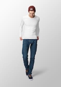 Jeune homme avec un t-shirt à manches longues blanc et un chapeau